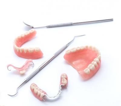 Съемные зубные протезы - акриловые, нейлоновые и с фиксацией на имплантатах
